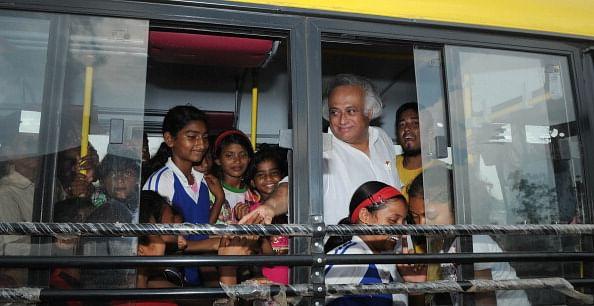 Jairam Ramesh Donates Mini-bus To Yuva Football Club At Ranchi