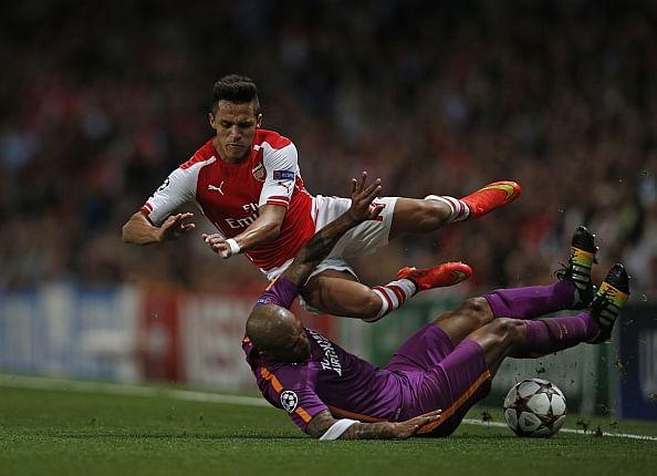 Felipe Melo tackle Alexis Sanchez