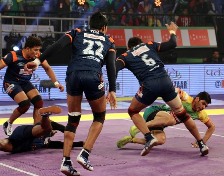 Rohit Kumar of Patna Pirates evades the tackle from Bajirao Hodage to return safely to his half in match 29 of the Star Sports Pro Kabaddi season 3 in Patna
