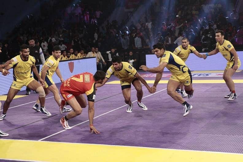 Deepak Rathi being challenged by the midfield chain of Manoj Kumar and Rohit Kumar Baliyan of the Telugu Titans