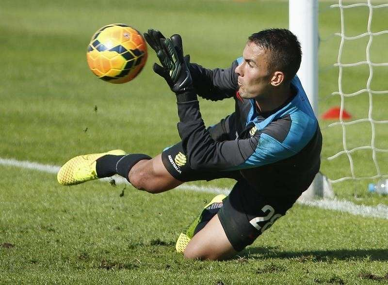 Australian national soccer team Socceroos goalkeeper Mark Birighitti blocks the ball during a training session in Sydney May 23, 2014. The 2014 FIFA World Cup, hosted by Brazil, will begin on June 12. REUTERS/Jason Reed (AUSTRALIA - Tags: SPORT SOCCER WORLD CUP) - RTR3QGXU