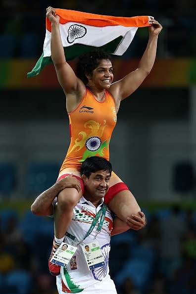 RIO DE JANEIRO, BRAZIL - AUGUST 17:  Sakshi Malik of India celebrates after defeating Aisuluu Tynybekova of Kyrgyzstan during the Women