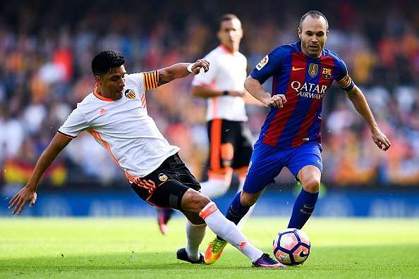 VALENCIA, SPAIN - OCTOBER 22:  Andres Iniesta of FC Barcelona competes for the ball with Enzo Perez of Valencia CF during the La Liga match between Valencia CF and FC Barcelona at Mestalla stadium on October 22, 2016 in Valencia, Spain.  (Photo by David Ramos/Getty Images)