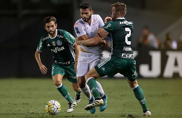 SANTOS, BRAZIL - OCTOBER 29:  Fabiano (R) of Palmeiras fights for the ball with Thiago Maia (C) of Santos during the match between Santos and Palmeiras for the Brazilian Series A 2016 at Vila Belmiro Stadium on October 29, 2016 in Santos, Brazil.  (Photo by Friedemann Vogel/Getty Images)