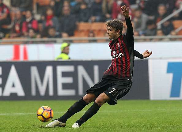 MILAN, ITALY - OCTOBER 30:  Manuel Locatelli of AC Milan in action during the Serie A match between AC Milan and Pescara Calcio at Stadio Giuseppe Meazza on October 30, 2016 in Milan, Italy.  (Photo by Marco Luzzani/Getty Images)