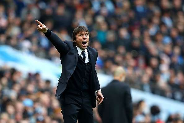 MANCHESTER, ENGLAND - DECEMBER 03: Antonio Conte, Manager of Chelsea gives instruction during the Premier League match between Manchester City and Chelsea at Etihad Stadium on December 3, 2016 in Manchester, England.  (Photo by Clive Brunskill/Getty Images)