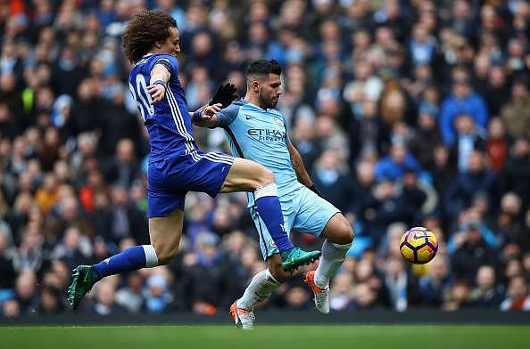 MANCHESTER, ENGLAND - DECEMBER 03: Sergio Aguero of Manchester City and David Luiz of Chelsea compete for the ball during the Premier League match between Manchester City and Chelsea at Etihad Stadium on December 3, 2016 in Manchester, England.  (Photo by Clive Brunskill/Getty Images)