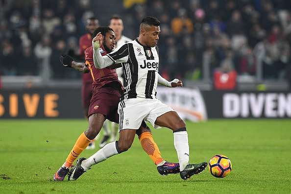 TURIN, ITALY - DECEMBER 17:  Alex Sandro (R) of Juventus FC is challenged by Gerson of AS Roma during the Serie A match between Juventus FC and AS Roma at Juventus Stadium on December 17, 2016 in Turin, Italy.  (Photo by Valerio Pennicino/Getty Images)