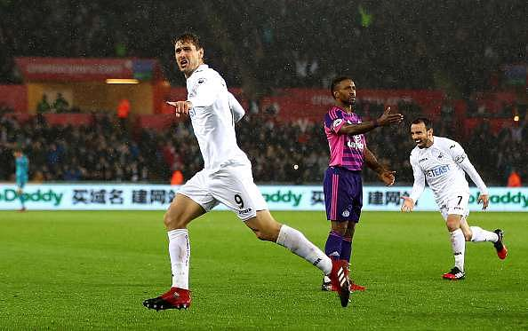 SWANSEA, WALES - DECEMBER 10: Fernando Llorente of Swansea City (L) celebrates scoring his sides second goal during the Premier League match between Swansea City and Sunderland at the Liberty Stadium on December 10, 2016 in Swansea, Wales.  (Photo by Michael Steele/Getty Images)