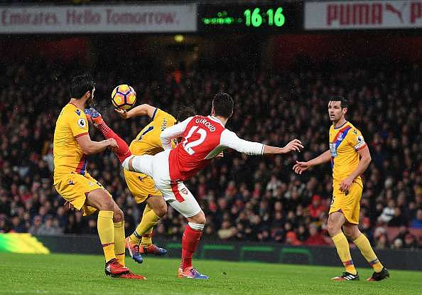 LONDON, ENGLAND - JANUARY 01:  Olivier Giroud of Arsenal scores the opening goal during the Premier League match between Arsenal and Crystal Palace at the Emirates Stadium on January 1, 2017 in London, England.  (Photo by Shaun Botterill/Getty Images)