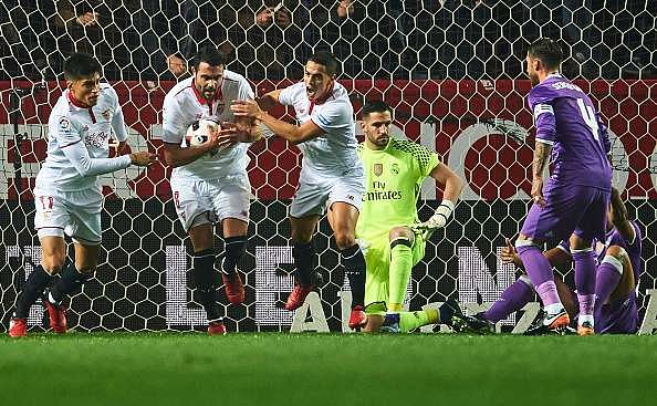 SEVILLE, SPAIN - JANUARY 12:  Vicente Iborra of Sevilla FC celebrates after scoring the first goal of Sevilla FC during the Copa del Rey Round of 16 Second Leg match between Sevilla FC vs Real Madrid CF at Ramon Sanchez Pizjuan stadium on January 12, 2017 in Seville, Spain.  (Photo by Aitor Alcalde/Getty Images)