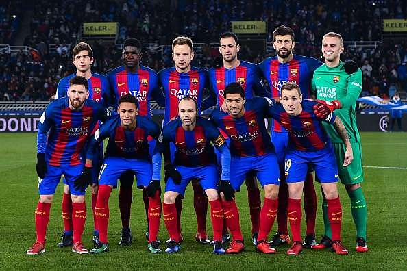 SAN SEBASTIAN, SPAIN - JANUARY 19: FC Barcelona players pose for a team picture during the Copa del Rey quarter-final first leg match between Real Sociedad and FC Barcelona at Anoeta stadium on January 19, 2017 in San Sebastian, Spain.  (Photo by David Ramos/Getty Images)