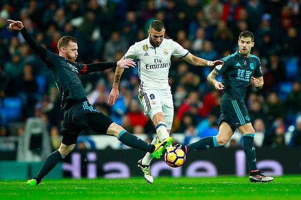 MADRID, SPAIN - JANUARY 29: Karim Benzema (R) of Real Madrid CF competes for the ball with David Zurutuza (L) of Real Sociedad de Futbol during the La Liga match between Real Madrid CF and Real Sociedad de Futbol at Estadio Santiago Bernabeu on January 29, 2017 in Madrid, Spain.  (Photo by Gonzalo Arroyo Moreno/Getty Images)