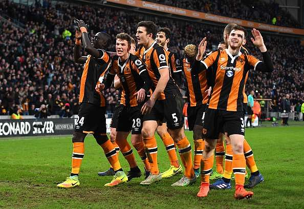 HULL, ENGLAND - FEBRUARY 04:  Oumar Niasse of Hull City (L) celebrates scoring his sides second goal with his Hull City team mates during the Premier League match between Hull City and Liverpool at KCOM Stadium on February 4, 2017 in Hull, England.  (Photo by Gareth Copley/Getty Images)