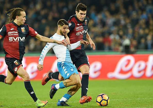 NAPLES, ITALY - FEBRUARY 10: Napolis player Lorenzo Insigne vies with Genoa CFC player Ezequiel Munoz during the Serie A match between SSC Napoli and Genoa CFC at Stadio San Paolo on February 10, 2017 in Naples, Italy.  (Photo by Francesco Pecoraro/Getty Images)