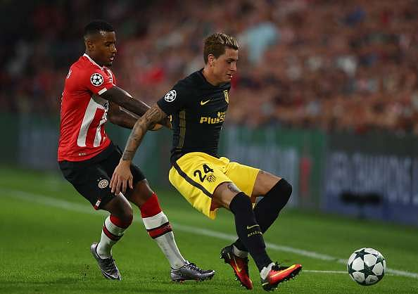 EINDHOVEN, NETHERLANDS - SEPTEMBER 13:  Jos Gimenez of Atletico Madrid holds of Luciano Narsingh of PSV Eindhoven during the UEFA Champions League Group D match between PSV Eindhoven and Club Atletico de Madrid at Philips Stadion on September 13, 2016 in Eindhoven, Netherlands .  (Photo by Dean Mouhtaropoulos/Getty Images)