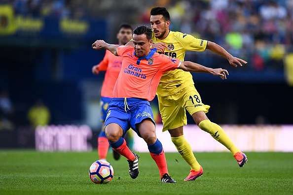 VILLARREAL, SPAIN - OCTOBER 23:  Roque Mesa (L) of UD Las Palmas competes for the ball with Nicola Sansone of Villarreal CF during the La Liga match between Villarreal CF and UD Las Palmas at El Madrigal stadium on October 23, 2016 in Villarreal, Spain.  (Photo by David Ramos/Getty Images)