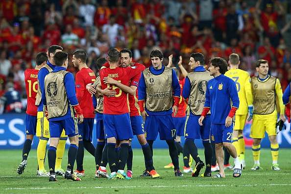 NICE, FRANCE - JUNE 17: The Spain squad celebrate victory following the UEFA EURO 2016 Group D match between Spain and Turkey at Allianz Riviera Stadium on June 17, 2016 in Nice, France.  (Photo by Alex Livesey/Getty Images)