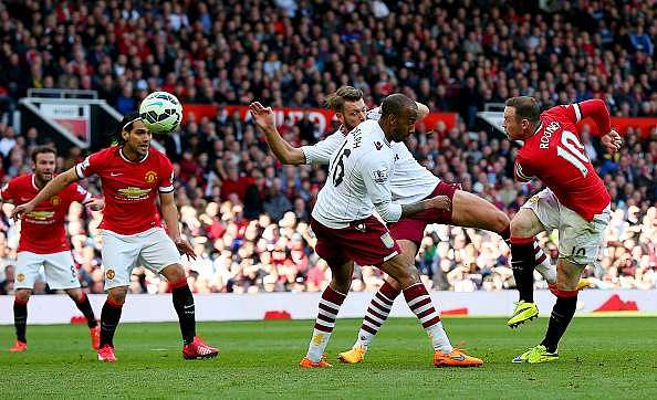 MANCHESTER, ENGLAND - APRIL 04:  Wayne Rooney of Manchester United scores his team