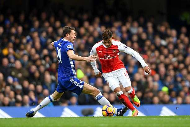 LONDON, ENGLAND - FEBRUARY 04:  Alex Oxlade-Chamberlain of Arsenal battles for the ball with Nemanja Matic of Chelsea during the Premier League match between Chelsea and Arsenal at Stamford Bridge on February 4, 2017 in London, England.  (Photo by Mike Hewitt/Getty Images)