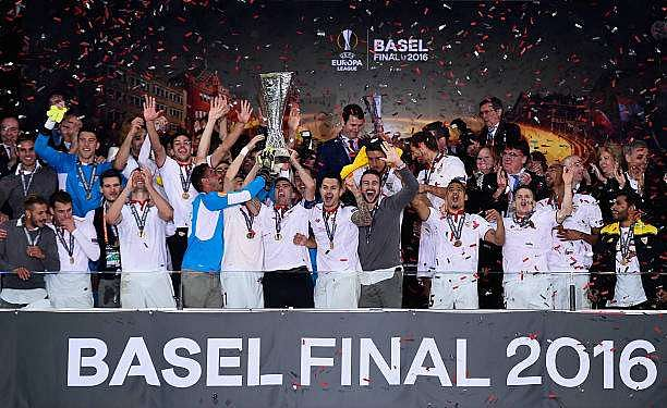 BASEL, SWITZERLAND - MAY 18:  Captian Jose Antonio Reyes (C) of Sevilla lifts the Europa League trophy as players celebrate at the award ceremoy after the UEFA Europa League Final match between Liverpool and Sevilla at St. Jakob-Park on May 18, 2016 in Basel, Switzerland.  (Photo by David Ramos/Getty Images)