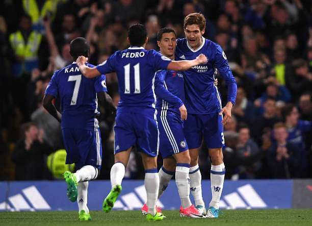 LONDON, ENGLAND - APRIL 05:  Eden Hazard of Chelsea celebrates scoring his sides first goal with his Chelsea team mates during the Premier League match between Chelsea and Manchester City at Stamford Bridge on April 5, 2017 in London, England.  (Photo by Mike Hewitt/Getty Images)