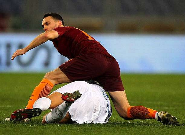 ROME, ITALY - DECEMBER 22:  Thomas Vermaelen of AS Roma  competes with Roberto Inglese of AC ChievoVerona during the Serie A match between AS Roma and AC ChievoVerona at Stadio Olimpico on December 22, 2016 in Rome, Italy.  (Photo by Paolo Bruno/Getty Images)