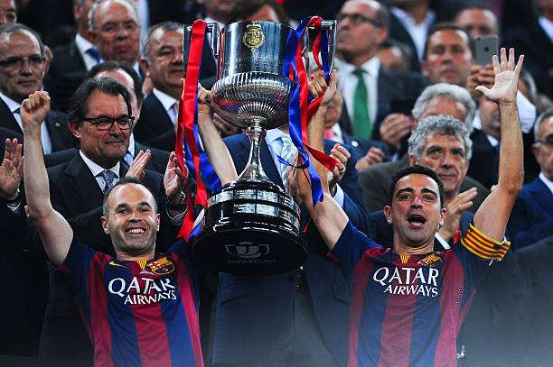 BARCELONA, SPAIN - MAY 30:  FC Barcelona players Andres Iniesta (L) and Xavi Hernandez of FC Barcelona celebrate with the trophy after winning the Copa del Rey Final match between FC Barcelona and Athletic Club at Camp Nou on May 30, 2015 in Barcelona, Spain.  (Photo by David Ramos/Getty Images)