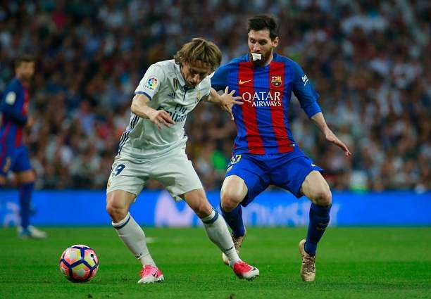 MADRID, SPAIN - APRIL 23:  Luka Modric of Real Madrid holds off Lionel Messi of Barcelona during the La Liga match between Real Madrid CF and FC Barcelona at Estadio Bernabeu on April 23, 2017 in Madrid, Spain.  (Photo by Gonzalo Arroyo Moreno/Getty Images)