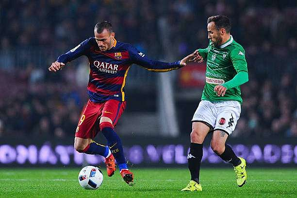 BARCELONA, SPAIN - DECEMBER 02:  Sandro Ramirez of FC Barcelona competes for the ball with Moraga of Villanovense during the Copa del Rey Round of 32 second leg match betwen FC Barcelona and Villanovense on December 2, 2015 in Barcelona, Spain.  (Photo by David Ramos/Getty Images)