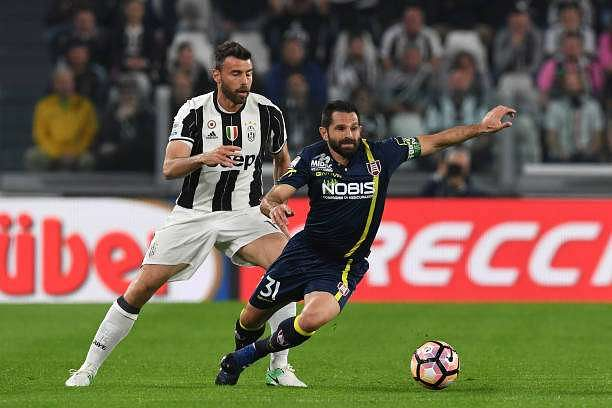 TURIN, ITALY - APRIL 08:  Andrea Barzagli (L) of Juventus FC competes with Sergio Pellissier of AC ChievoVerona during the Serie A match between Juventus FC and AC ChievoVerona at Juventus Stadium on April 8, 2017 in Turin, Italy.  (Photo by Valerio Pennicino/Getty Images)